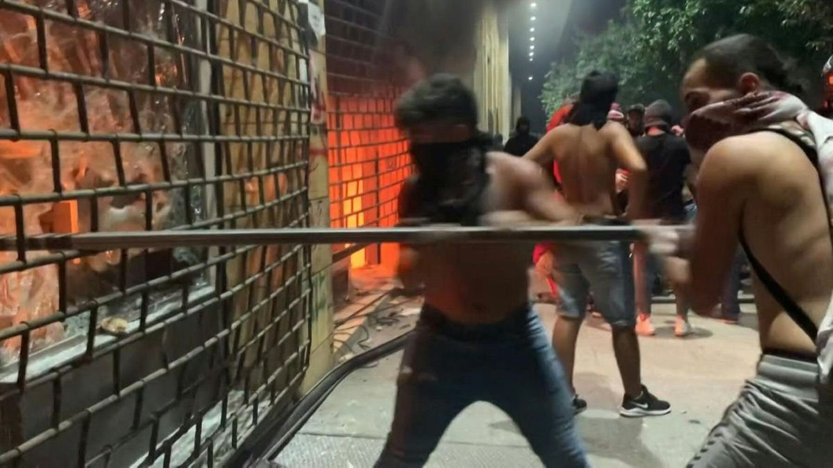 Watch Angry Lebanese protesters set fire to shops in Beirut ...