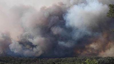 RAW: Water-bombing helicopter refills as Gospers Mountain fire blazes away