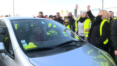 """""""Yellow vest"""" protesters cause traffic chaos on Paris ring road"""