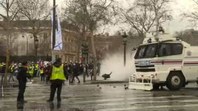 Water cannons used against yellow vests protesters
