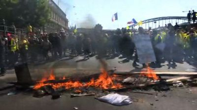 Fire lit and extinguished in Paris 'yellow vests' protests