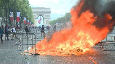"""Tensions on the Champs-Elysées, occupied by """"yellow vests"""""""