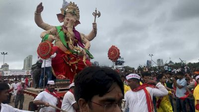 Indian worshippers bid adieu to elephant god