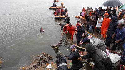 Rescue operations after 12 drown in India during religious ceremony