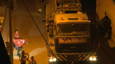 Turkish tank convoy heads to Syria border