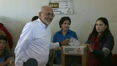 Bolivian opposition candidate Carlos Mesa votes