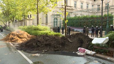 Unhappy farmers dump manure outside prefecture in Nimes