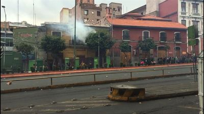 Clashes between police and demonstrators in Bolivia's La Paz