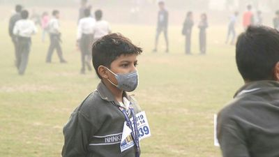 Children race in Delhi despite polluted air