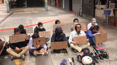 Anxious families wait outside besieged Hong Kong campus