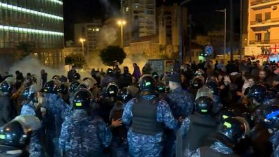 Lebanese protesters scuffle with security forces during night demo (2)