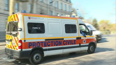 Coronavirus: Ambulances transfer patients to Paris-Austerlitz station