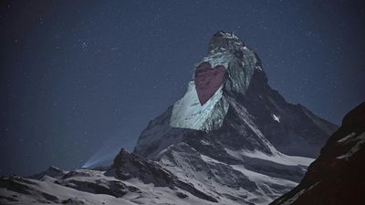 Coronavirus: Swiss artist illuminates Matterhorn with messages of hope
