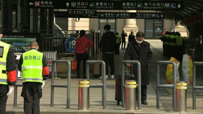 Coronavirus: Three-minutes of mourning at Wuhan railway station