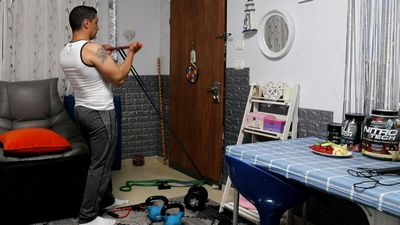 Coronavirus: Palestinian bodybuilder trains at home due to lockdown