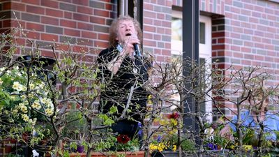 Coronavirus: Musician Geff Harrison sings for neighbours from Hamburg terrace