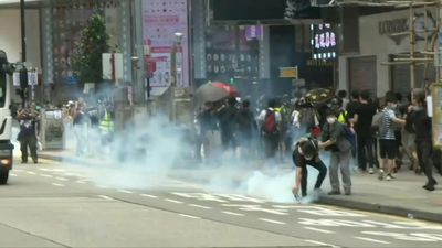 Hong Kong: police fire tear gas in fresh round of protests