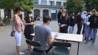French students collect baccalaureate results after Covid crisis