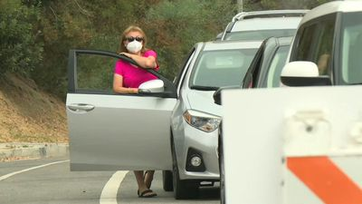 Los Angeles: people line up in their cars to get tested for coronavirus