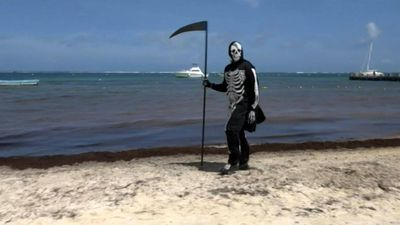 """Death"" wanders around the beaches of Mexico"