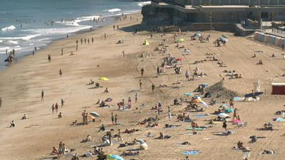 Beach-goers brave heatwave on Biarritz beach