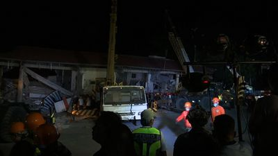 Philippine quake topples building, at least 3 dead