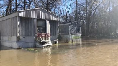 Flood forces Mississippi residents to flee homes