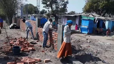 India erects wall to hide shanties for Trump visit