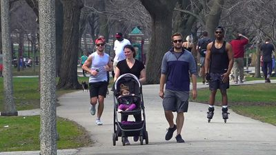 Warm weather crowds, few masks in Chicago park