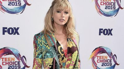 Taylor Swift allowed to perform old songs at AMAs