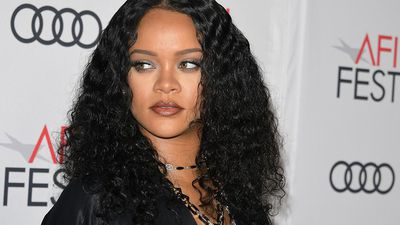 Rihanna gives protective equipment to New York medics
