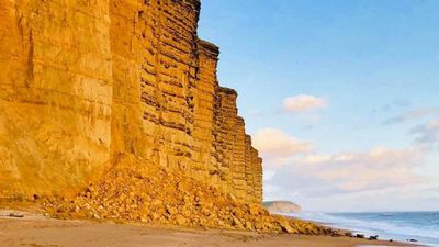 Walkers narrowly avoid cliff collapse