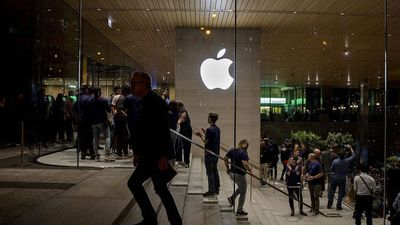 Why Wedbush's Ives Sees Apple Shares Hitting $325