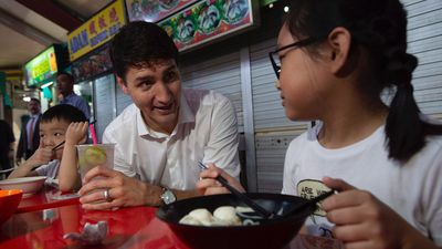 Justin Trudeau chats with locals at Singapore food stalls
