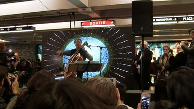 Cellist Yo-Yo Ma performs 'Hallelujah,' crowd sings along