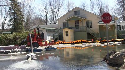 Residents of Quebec's Ile Mercier staying put as floodwaters rise