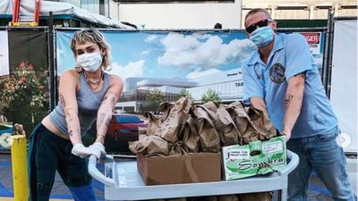 Miley Cyrus & Cody Simpson deliver 120 taco meals to hospital staff