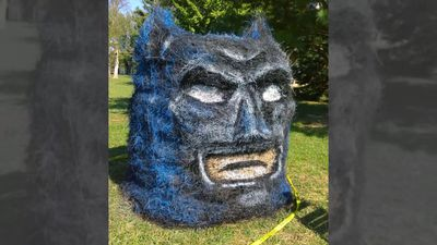 Artist Creates Amazing Halloween Sculptures From Hay Bales