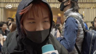 Hong Kong: Youths taunt Beijing