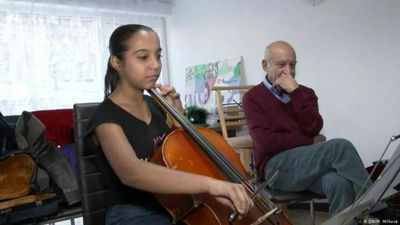 Bulgaria: violinist helps Roma child to escape poverty