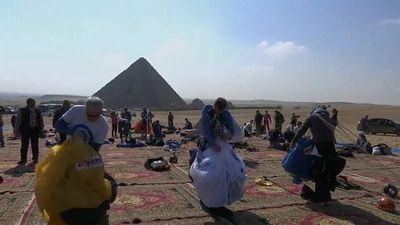 World News - Skydivers soar over Egyptian Pyramids