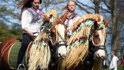 World News - Horses saddled with medieval dresses for the Bavarian Easter procession