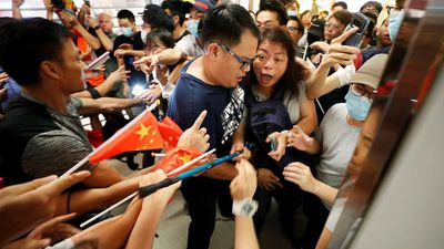 Rival groups clash in Hong Kong protests