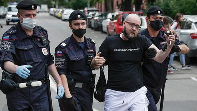 Ivan Safronov: Dozens arrested in Moscow protest against ex-journalist's treason charges