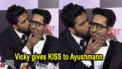 Vicky gives KISS on Ayushmanns Cheeks | BROMANCE