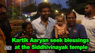 Kartik aaryan seek blessings at the siddhivinayak temple