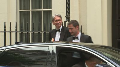 Hammond departs Downing St for Mansion House dinner