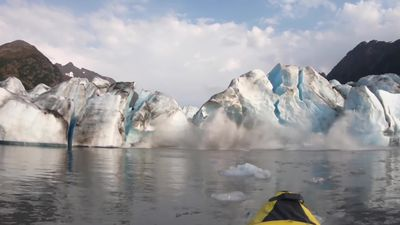 Kayaker witness glacier collapse in Alaska