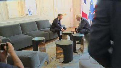 Boris Johnson poses with foot on table at Elysee Palace