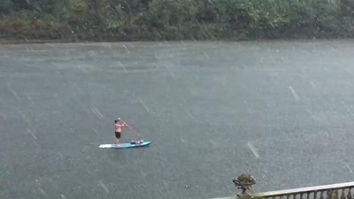 Paddleboarder braves stormy condition in Twickenham